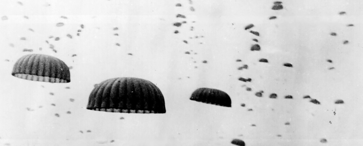 Waves_of_paratroops_land_in_Holland_Wkm.org.jpg